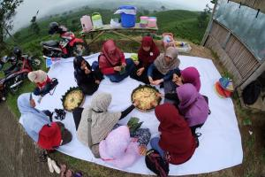 Makan nasi tumpeng bersama. Foto by: Dudi Iskandar.